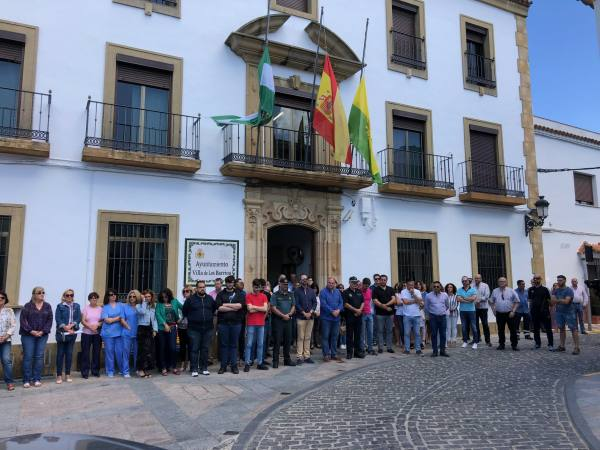 Emotivos cinco minutos en la puerta del Ayuntamiento por la muerte del guardia civil tráfico Fermín Cabezas